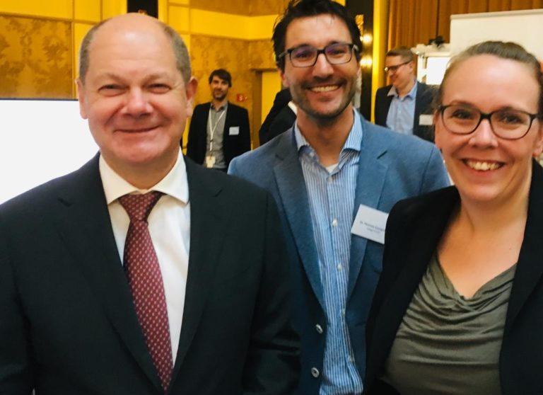 Vizekanzler und Bundesfinanzminister Olaf Scholz besucht den Stand der Odego GmbH auf dem Deutschen Maschinenbaugipfel 2018 in Berlin.